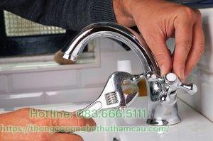 thay vòi nước ở bồn rửa bát