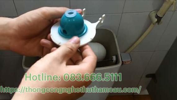 Lắp Gioăng cao su vào nắp ống xả, rồi lắp vào van xả nước